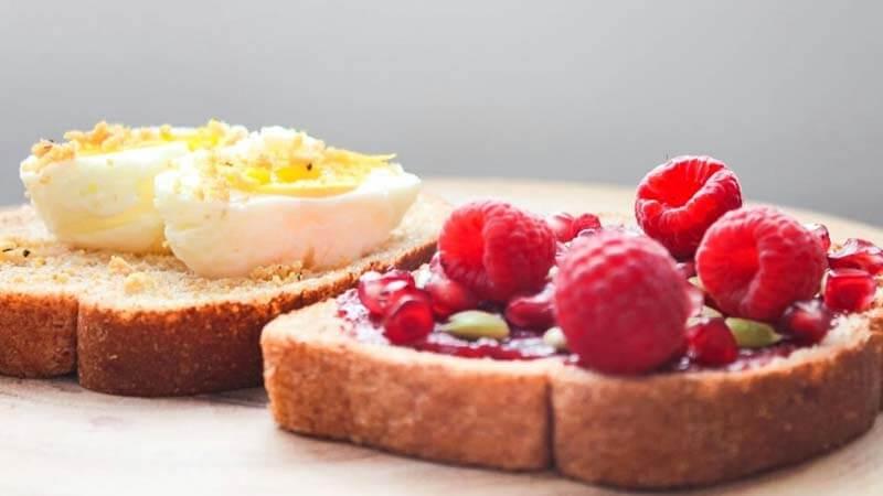 Dua butir telur rebus danraspberry