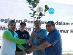 Penyerahan pohon dari Kepala P3E kepada Pimpinan Unismuh Makassar