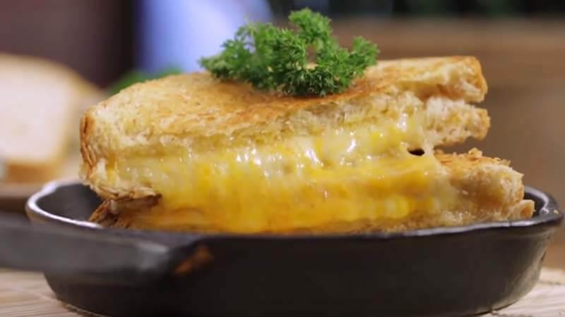 Sandwichisi keju dan brokoli