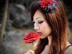 Ilustrasi bunga mawar dan perempuan