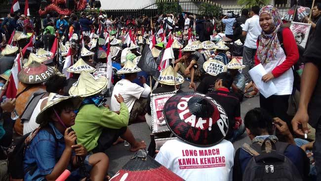 Aksi warga menolak kehadiran PT. Semen Indonesia