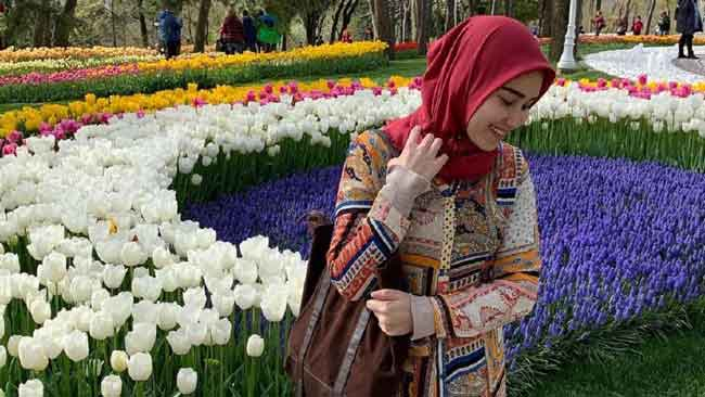 Ayu Ting Ting dengan latar bunga tulip