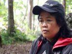 Kisah Tini, Perempuan Tuna Netra Penjaga Owa Jawa di Hutan Lekong