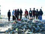 Ada Bukit Sampah Plastik Saat Clean Beach Action di Pantai Lapeo Mandar