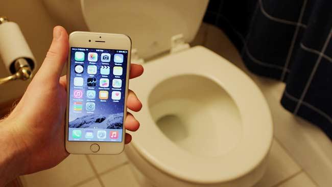 Bawa Ponsel ke Toilet Timbulkan Banyak Penyakit, Simak Penjelasannya!
