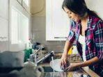 Cuci Piring Bisa Hilangkan Stres dan Perbaiki Mood, Benarkah?