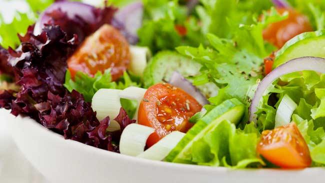 Punya Kebiasaan Mengonsumsi Sayuran Mentah, Amankah?