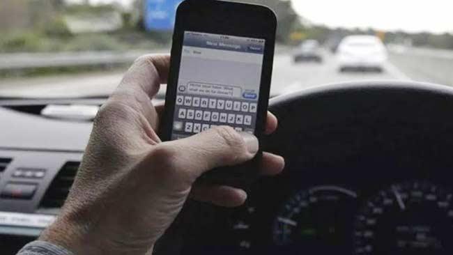 Bermain Gawai Membuat Mual Saat Perjalanan di Mobil? Ini Kata Medis