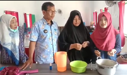 """Daun Sirih Melimpah di Desa, Gadis Ini Edukasi Warga Meracik """"Hand Sanitizer"""""""
