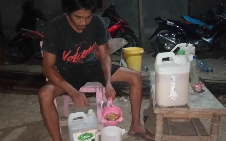 Keren, Pemuda Ini Membuat Pupuk Cair Organik dengan Bahan Sampah