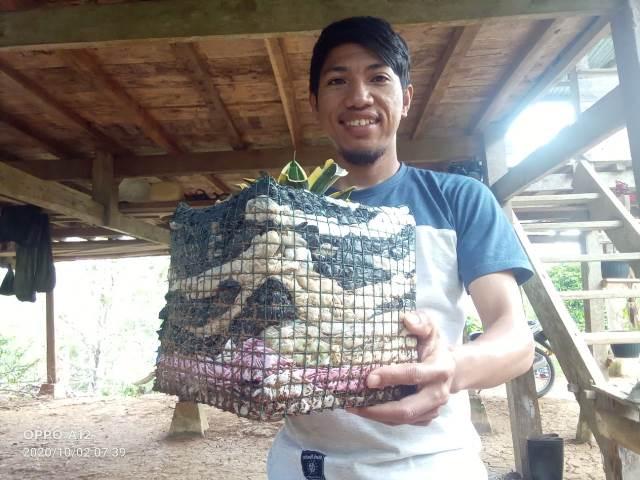 Mantap, Pemuda Ini Menyulap Sampah Kantong Kresek Jadi Pot Bunga Idaman