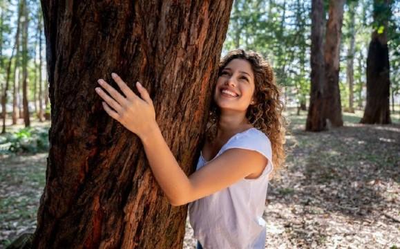 5 Aksi Unik sebagai Tanda Cinta pada Pohon, Poin Terakhir Tinggal Kenangan!